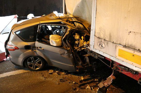 De man crashte tegen de vrachtwagen met zijn voertuig.