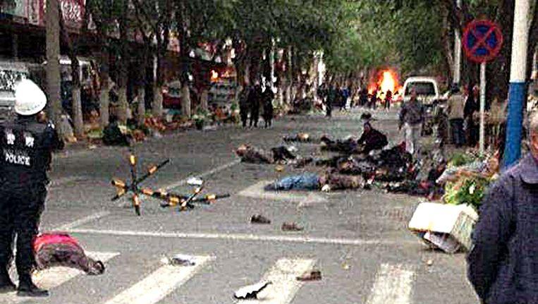 Slachtoffers van de bomaanslag liggen op straat. Beeld afp