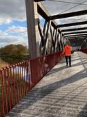 Het is nog maar november en niet al te koud buiten, maar de nieuwe langzaamverkeersbrug in Oirschot moet al gestrooid om gladheid te voorkomen.