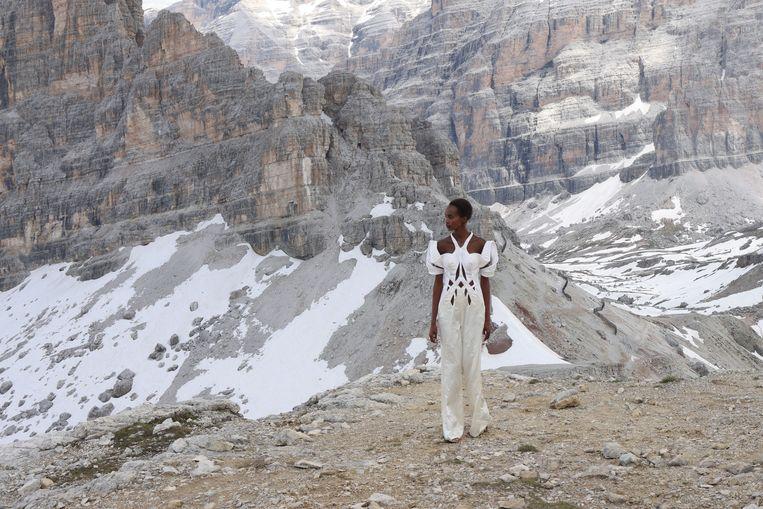 In het kader van de Parijse modeweek poseert een model in de Italiaanse Dolomieten. Ze draagt een creatie van de Nederlandse modeontwerpster Iris van Herpen.  Beeld Getty Images