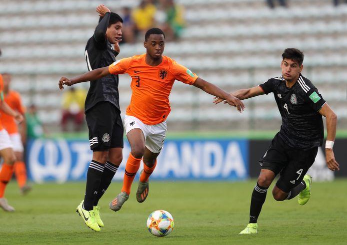 Melayro Bogarde in actie voor Oranje onder 17.