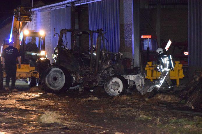 Een tractor is tot zwartgeblakerd schroot herleid.