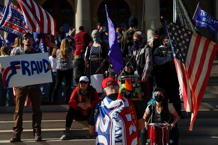 Trump-aanhangers demonstreren in Michigan in de veronderstelling dat daar gefraudeerd is bij het tellen van de stemmen. Beeld Reuters