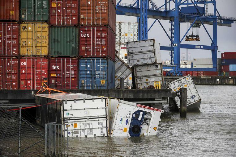 Containers te water in de haven van Rotterdam Beeld anp