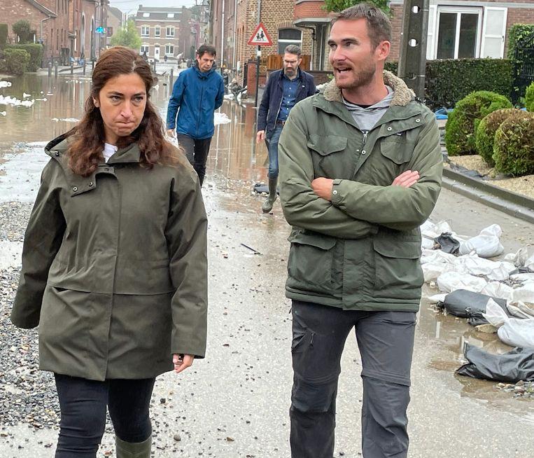 Minister Zuhal Demir en burgemeester Joris Gaens bezoeken de getroffen gebieden. Beeld BELGA