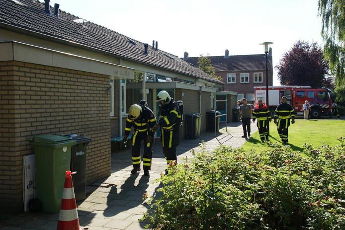 De brandweer bekijkt behoedzaam de plek waar de gaslekkage is ontstaan.