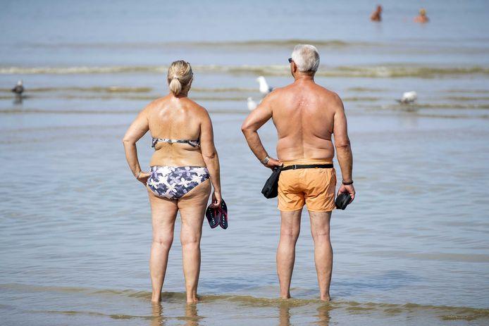 Mensen zoeken verkoeling aan het strand, maar op weg ernaartoe is het vandaag uitkijken geblazen.