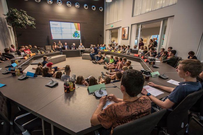 Cranendonckse jongeren vanaf 12 jaar mogen voortaan gebruik maken van hun agenderingsrecht. Dat deden zij ook op de 'jeugd en politiekdag' in het gemeentehuis van Cranendonck in 2018.