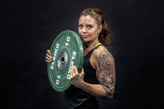 Lotte van den Berg kon niets na haar herseninfarct. Nu geeft ze voedingsadviezen en is ze Nederlands kampioen gewichtheffen.