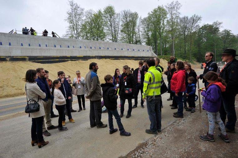 Geïnteresseerden krijgen een rondleiding op de werf van het ecoduct in Groenendaal.