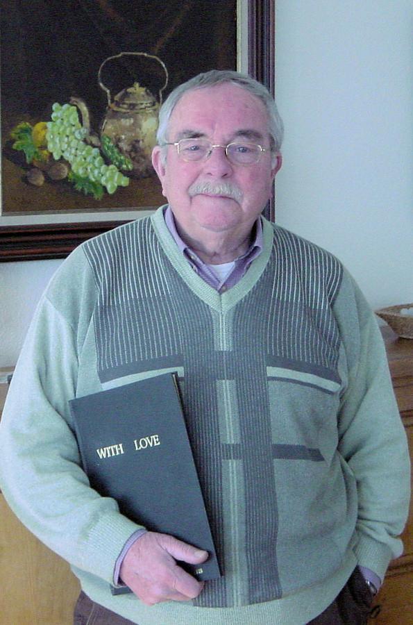 Dialectschrijver Piet van Beers met zijn dichtbundel With Love (Witlof).