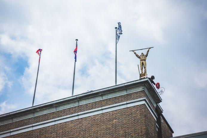 'De man die de wolken meet' van Jan Fabre op het dak van het S.M.A.K.