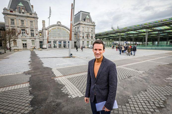 Schepen Björn Anseeuw op het te vernieuwen stationsplein in Oostende.