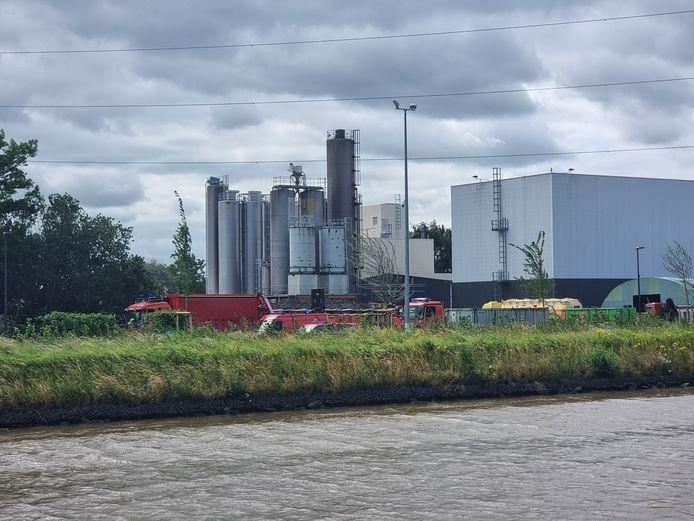 De hulpdiensten kwamen ter plaatse met verschillende ploegen na het ongeval bij Nexans in Buizingen. Een silo viel er op een vrachtwagen.