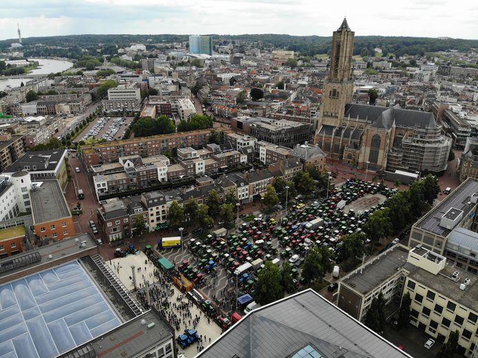 Boerenprotest in Arnhem van bovenaf. Boeren zijn met meer dan 200 trekkers uit de hele provincie Gelderland naar het Provinciehuis op de Markt gekomen. Op de achtergrond de Eusebiuskerk.
