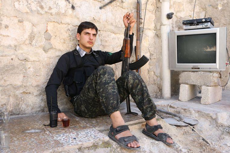 Een strijder van de Nureddine al-Zinki-eenheid, een gematigde factie van de Syrische oppositie, in de buurt van Aleppo. Beeld AFP