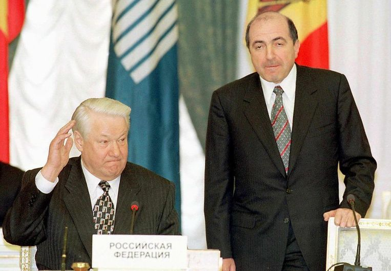 De Russische miljardair Boris Berezovski (R) naast Boris Jeltsin in 1999. Beeld epa
