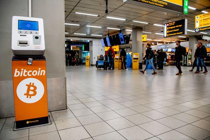 Reizigers op Schiphol die kort voor vertrek hun laatste euro's kwijt willen, kunnen deze  sinds deze zomer inwisselen voor cryptomunten bitcoin en ethereum.