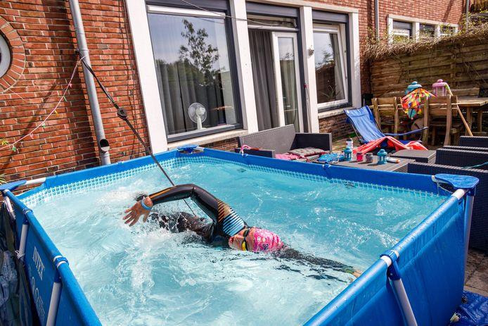 Jacyntha Plat uit Steenwijk zwemt in het zwembad in de tuin
