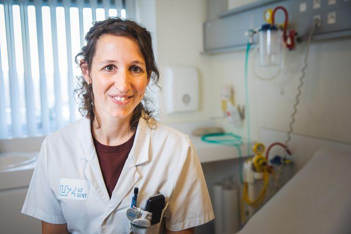 Eva Van Braeckel behandelt als longarts in het UZ Gent vaak patiënten met mucoviscidose.
