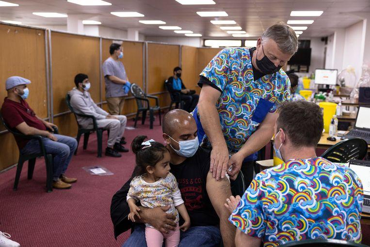 In een moskee in Southfields worden mensen geprikt met het vaccin van Astrazeneca, meer dan de helft van de Britten is volledig gevaccineerd. Beeld Getty Images