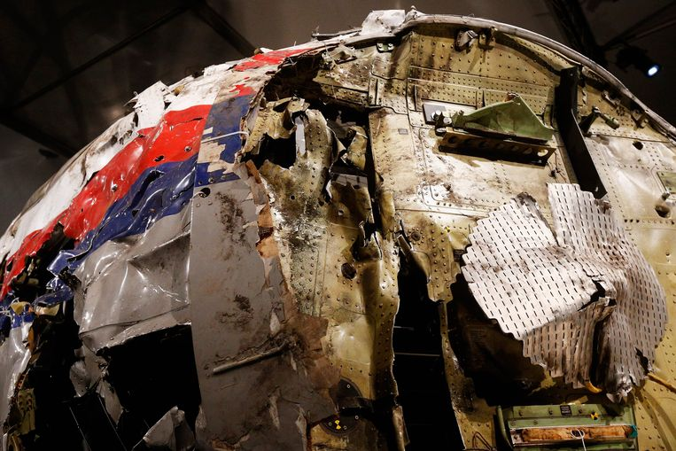 GILZE-RIJEN, NETHERLANDS - OCTOBER 13:  A general view of the cockpit wreckage at the Gilze-Rijen Military Base on October 13, 2015 in Gilze-Rijen, Netherlands. The reports focus on four subjects: the cause of the crash, the issue of flying over conflict areas, the question why Dutch surviving relatives of the victims had to wait two to four days before receiving confirmation from the Dutch authorities that their loved ones were on board flight MH17, and lastly the question to what extent the occupants of flight MH17 were conscious of the crash.  (Photo by Dean Mouhtaropoulos/Getty Images) Beeld Getty Images