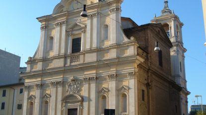 Italiaanse priester doet bijzondere ontdekking in de biechtstoel: bompakket blijkt een zak vol geld te zijn