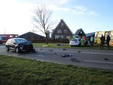 Auto's botsen op elkaar op N802 bij Barneveld: twee gewonden en flinke ravage