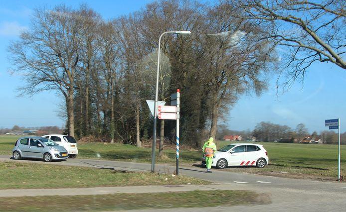 In eerste instantie zijn extra controlepunten ingericht, om sluipverkeer tegen te gaan. Hier een verkeersregelaar aan het begin van de Kerkweg in de gemeente Haaksbergen.