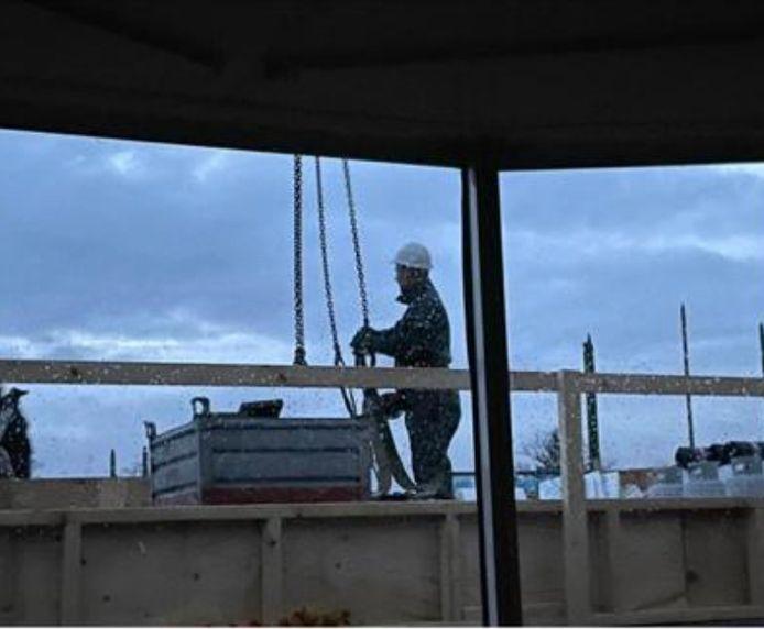 Het uitzicht van Wich in de loop van dit jaar. Boven op het dak van het nieuwe buurgebouw werd nog een rand, een airco en zonnepanelen geplaatst.