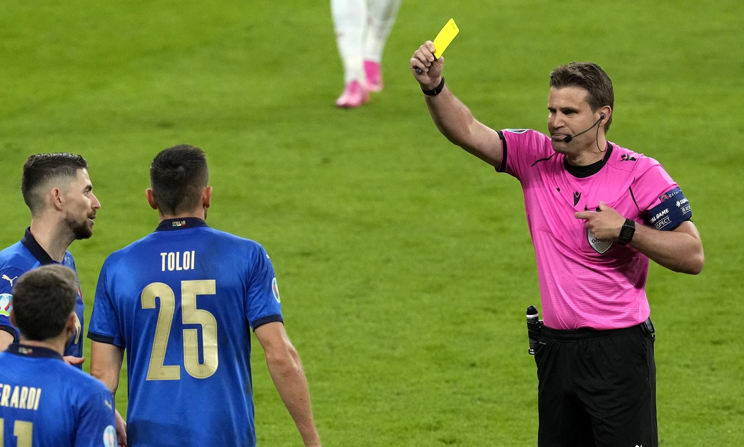 De Italiaan Rafael Toloi krijgt geel van Felix Brych in de halve finale tegen Spanje.