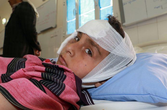 Een Jemenitische jongen die gewond raakte bij de luchtaanval ligt met verband om zijn hoofd in het ziekenhuis in Sa'dah, Jemen.