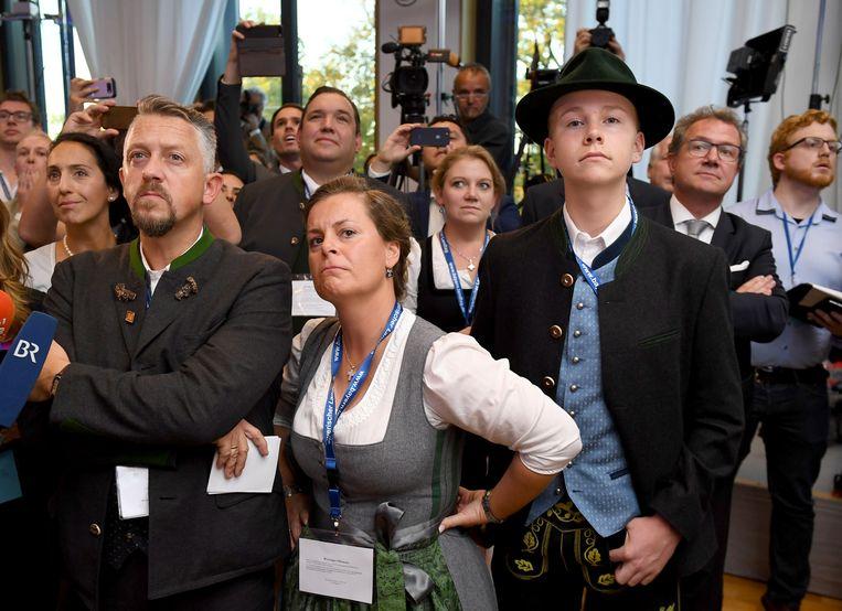 Teleurstelling bij CSU-aanhangers de bekendmaking van de exitpoll in Beieren. Beeld EPA