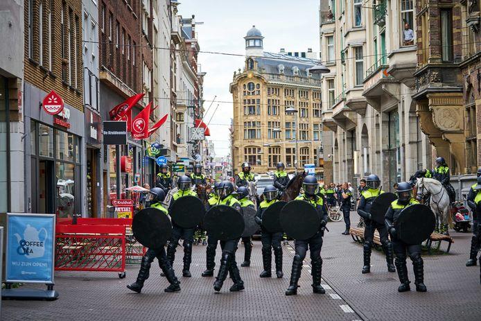 Betogers bij het Binnenhof tijdens een demonstratie tegen de coronamaatregelen. De politie sloot de ingangen naar het gebouw van de Tweede Kamer en sloot het Binnenhof af.