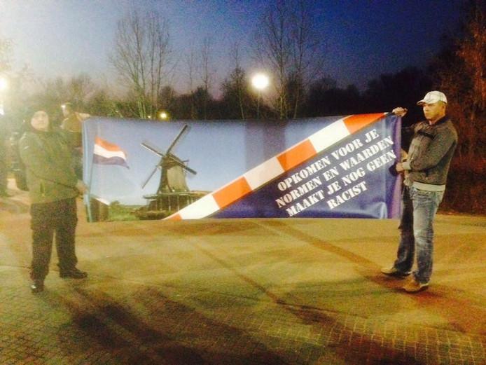Actievoerders houden een spandoek omhoog in Ewijk.