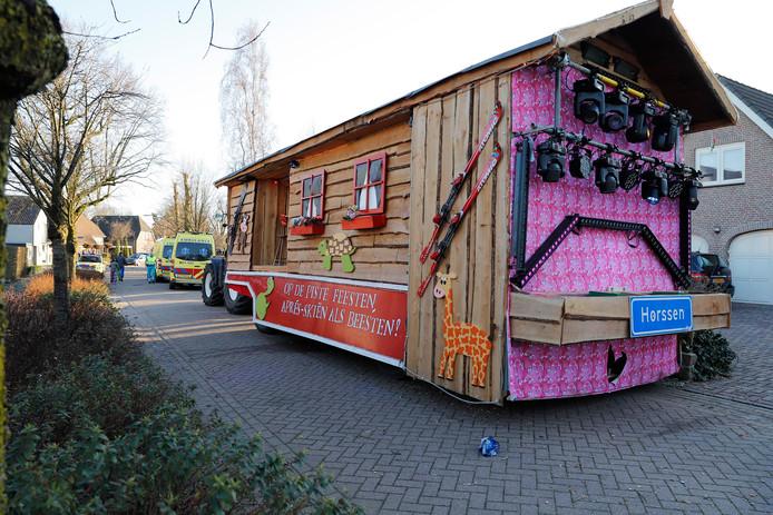 Tijdens de optocht in Haps vielen twee feestvierders van de carnavalswagen.