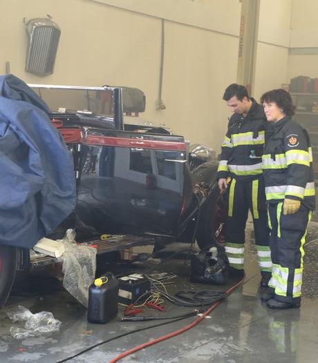 Rolls Royce van meer dan een half miljoen in brand in Vlijmen, brandweer is er op tijd bij