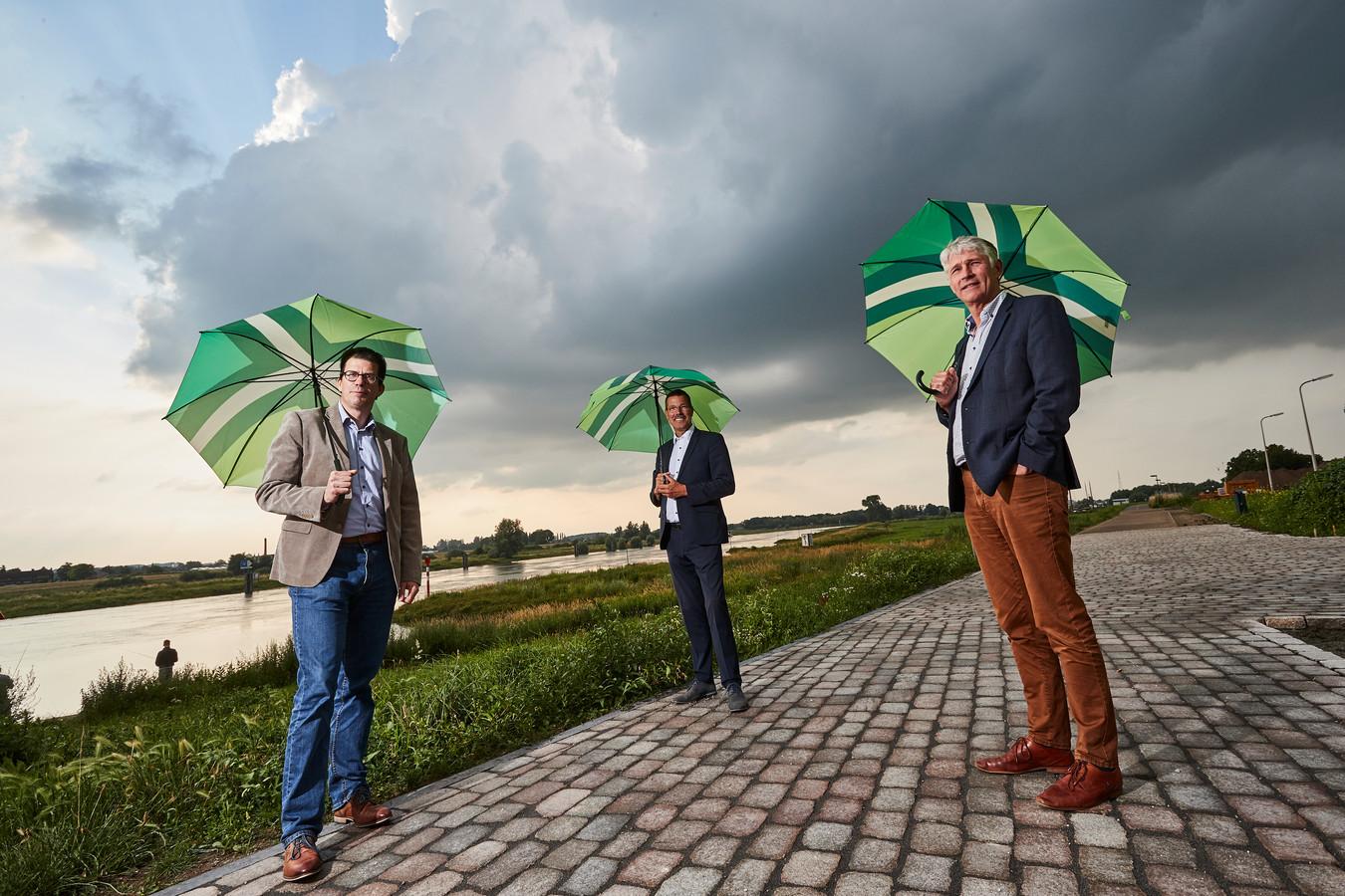 Joost van Oostrum, Peter van 't Hoog en Hein Pieper (van links naar rechts) bij de IJssel in Zutphen.