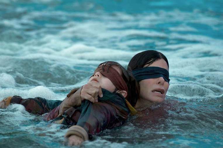 Sandra Bullock in 'Bird Box'. Beeld Netflix