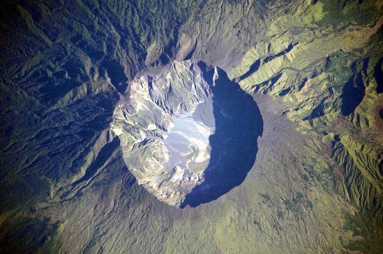 Satellietfoto van de Tambora-krater. Beeld NASA