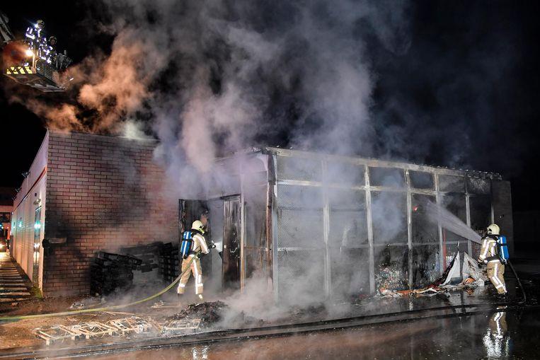 De brandweer had de handen vol om het vuur te kunnen blussen.