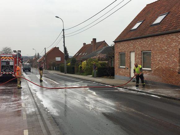 De brandweer zorgde voor het schoonmaken van de weg.