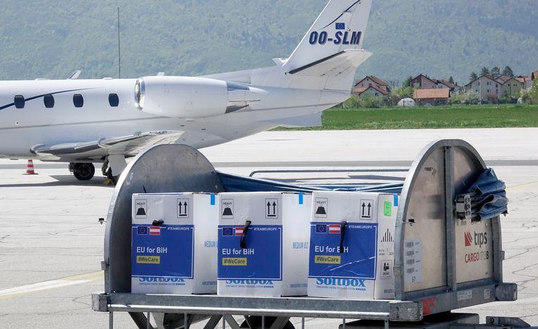 Dozen met het Pfizer-vaccin komen aan op het vliegveld van Sarajevo in Bosnië. Pfizer zal dit jaar wereldwijd 1,6 miljard doses van het vaccin afzetten.  Beeld AP