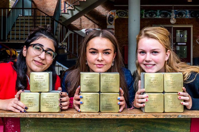Sogol Maghsoud (18), Lynn Zoomers (17) en Cato Veldhuisen (16) van het St. Bonifatiuscollege zamelen geld in voor het struikelsteentjes-project voor Joodse gedeporteerden.