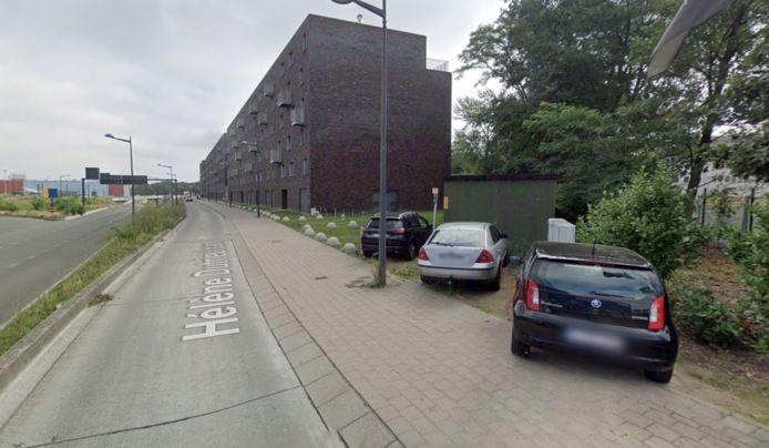 De bewoners rijden over de busbaan en parkeren op het voetpad, wat uiteraard niet mag