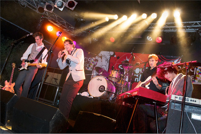 De band Handsome Poets op het podium van Willemeen tijdens Popronde 2010.