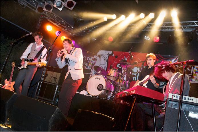 Handsome Poets op het podium van Willemeen, tijdens Popronde Arnhem in 2010.