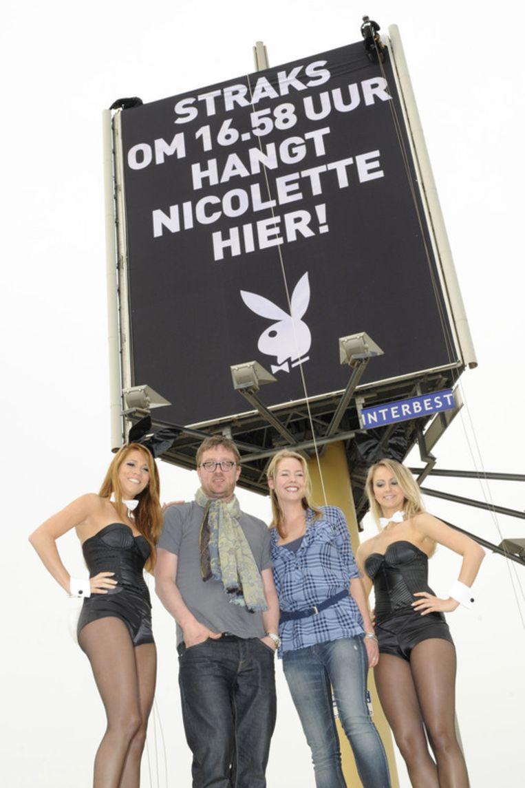 Nicolette Kluijver en hoofdredacteur Jan Heemskerk poseren met twee Playboy Bunnies.<br /> Beeld null