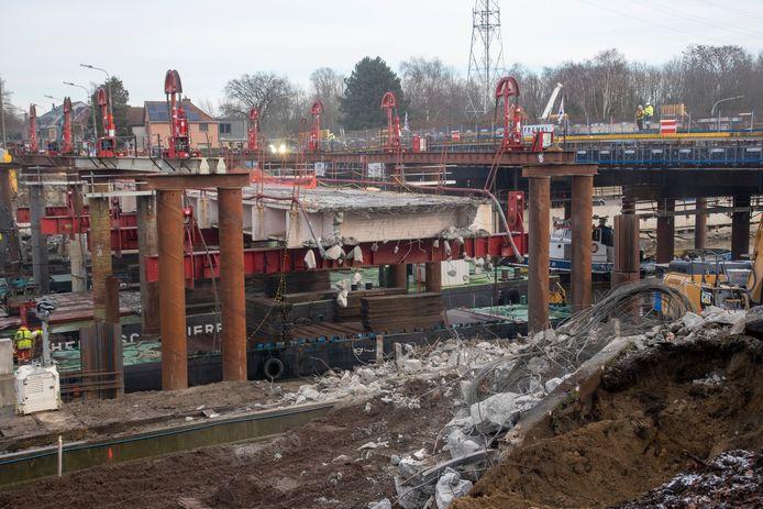ZONDAG 13.30 UUR: De brug is geknipt en de afbraak aan de overs kan beginnen.