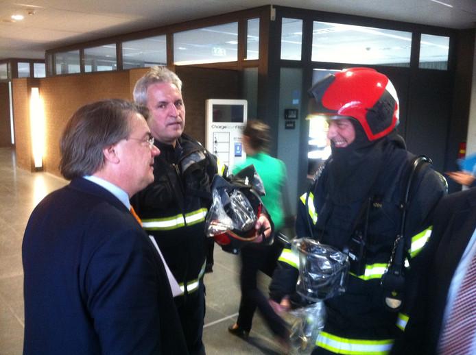 Commissaris Wim van de Donk hoort van brandweermensen waarom het alarm afgegaan was.